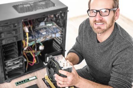 Computer technicus installeert koelsysteem van de computer.