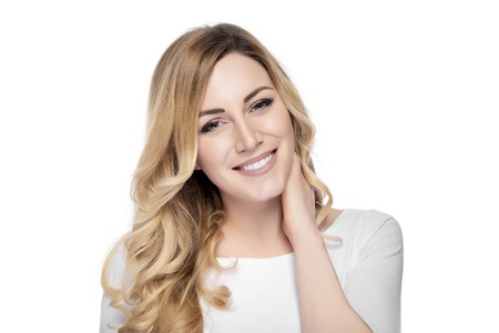 幸せ笑顔若い金髪美人白で隔離。