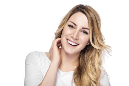 깨끗한 얼굴로 아름 다운 젊은 금발 웃는 여자. 스톡 콘텐츠