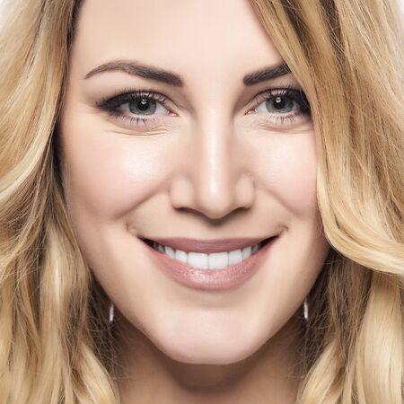 mujer rubia desnuda: Mujer sonriente rubia hermosa con sonrisa saludable.