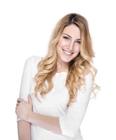Portret uśmiechnięta blond kobieta na białym.