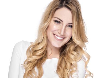 laughing face: Portrait der blonden Frau, die isoliert auf weiß lächelnd.