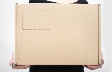 bald: Mujer con las manos en la caja de cartón de cerca.