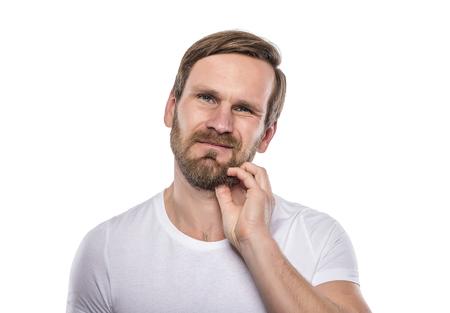 comunicacion no verbal: Adulto barba masculina rascarse aislado en blanco.