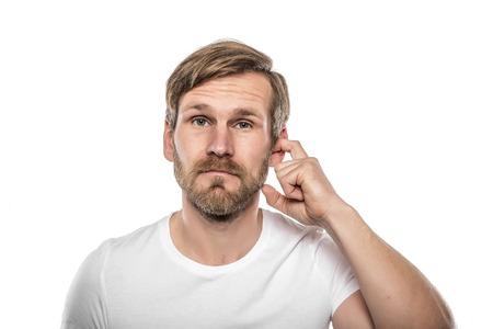 Man Krassen in zijn oor. Geïsoleerd op wit.