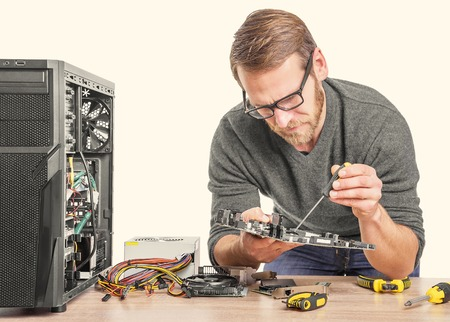 Computer herstel. Computertechnicus die aan een personal computer werkt.