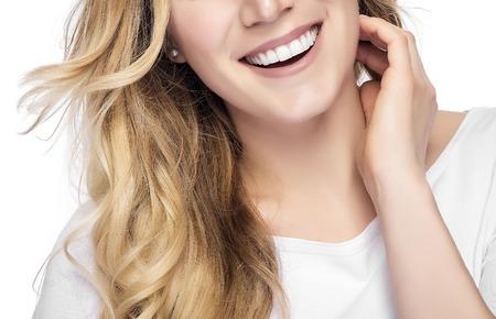 Een deel van het gezicht. Mooie jonge blonde glimlachende vrouw met schoon gezicht.