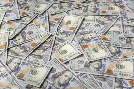 dolar: Un fondo de cien dólares. Antecedentes pavimentado con billetes de cien dólares. Foto de archivo
