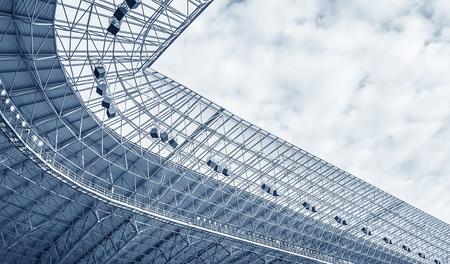 Elementen van de stadionbouw. Bouw van het stadiondak. Getinte foto. Stockfoto