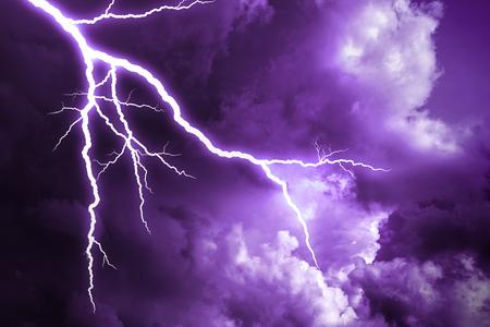 Uderzenie pioruna w pochmurne ciemne niebo.