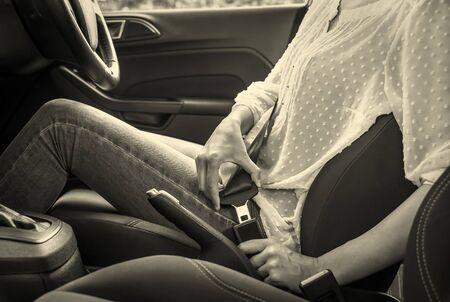 cinturon seguridad: Mujer de fijación del cinturón de seguridad en el coche. Foto entonada.