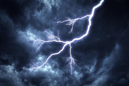 Blitzschlag am bewölkten dunklen Himmel Standard-Bild