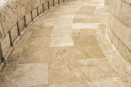 empedrado: Piedra pendiente o carreteras pavimentadas con granito amarillo.