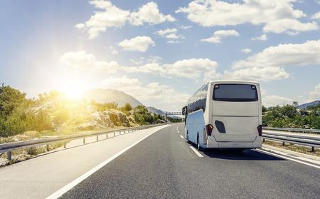 버스는 아스팔트 고속도로를 따라 달려 간다. 스톡 콘텐츠