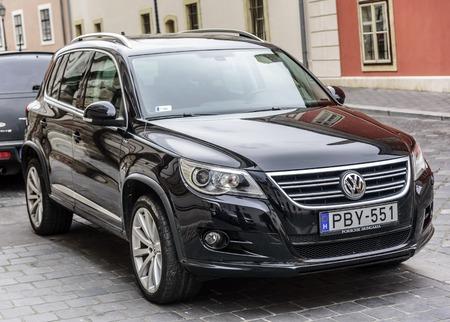 Volkswagen Tiguan stationné dans les rues de Budapest. Éditoriale