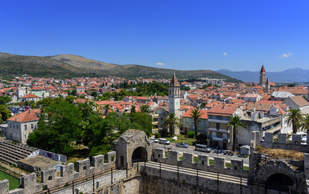 View of the port and embankment from the fortress of the city of Trogir. 新聞圖片