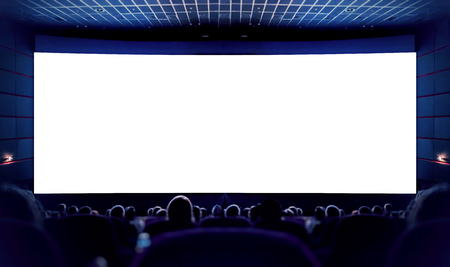 Weißer Bildschirm im Kino und das Publikum, das den Film ansieht. Kino. Standard-Bild