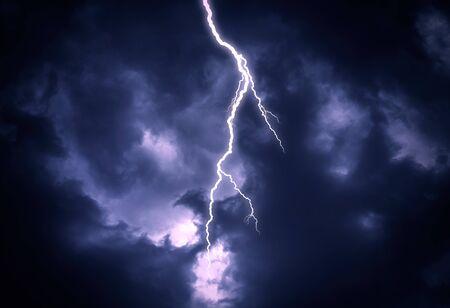 Colpo di fulmine su un cielo nuvoloso scuro.