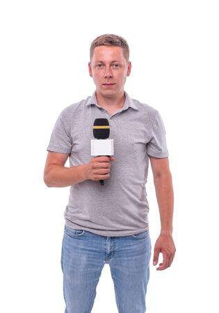 Corrispondente o presentatore con un microfono su sfondo bianco.