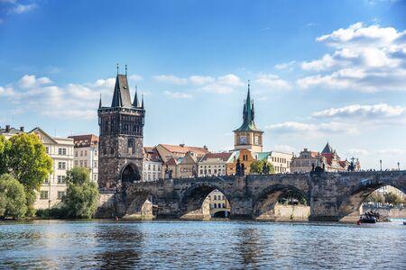 Praha, Tschechien - 25. September 2015: Blick auf die Stadt Prag und die Karlsbrücke und die Moldau in Praha, Tschechien.