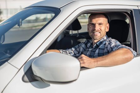 Attractive man driving a white car. Banque d'images
