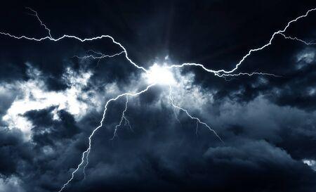 Blitzeinschlag an einem dunklen Himmel. Standard-Bild