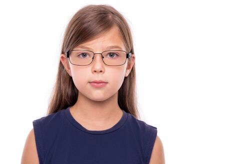 白いバックグロイドに隔離された眼鏡をかけた小さな女の子の肖像画。 写真素材