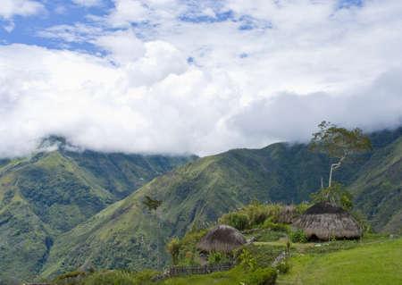 Nuova Guinea: Una capanna tradizionale in un villaggio di montagna indonesiano  Archivio Fotografico