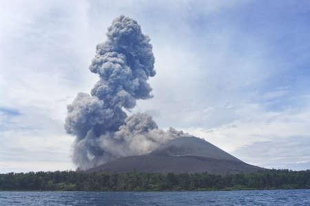 uitbarsting: Vulkaan uitbarsting. Anak Krakatau, Indonesië