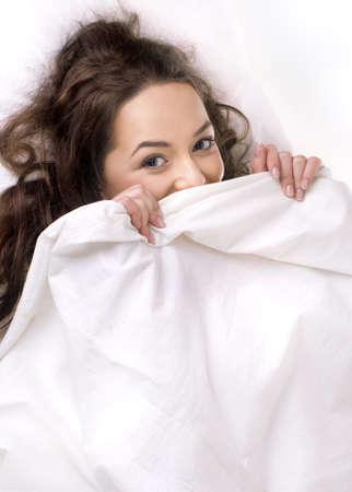 white linen: ni�a bonita durmiendo en la ropa de cama blanca  Foto de archivo