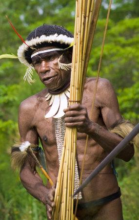 Nuova Guinea: Nuova Guinea, Indonesia-28 dicembre: Il guerriero di una trib� di Papua in abiti tradizionali e coloranti in Nuova Guinea, Indonesia il 28 Dic 2010 Editoriali