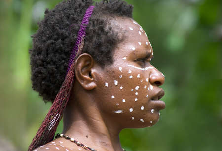 sektor: NEW GUINEA, INDONESIA -DECEMBER 28: The woman of a Papuan tribe in traditional clothes and coloring in New Guinea Island, Indonesia on December 28, 2010