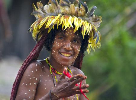 aboriginal: Nueva Guinea, Indonesia, 28 de diciembre: La mujer de una tribu de Pap�a en ropas tradicionales y colorantes en la isla de Nueva Guinea, Indonesia, el 28 de diciembre 2010