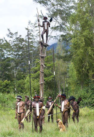 sektor: NEW GUINEA, INDONESIA -DECEMBER 28: Unidentified warriors of a Papuan tribe in traditional clothes and coloring in New Guinea Island, Indonesia on December 28, 2010