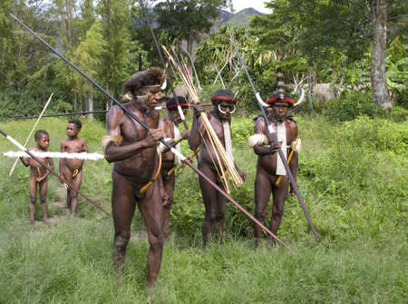 sektor: NEW GUINEA, INDONESIA -DECEMBER 28: People of a Papuan tribe in traditional clothes and coloring in New Guinea Island, Indonesia on December 28, 2010 Editorial