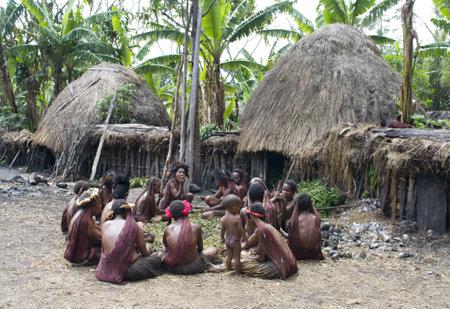 aborigen: Nueva Guinea, Indonesia, 28 de diciembre: la mujer no identificados de una tribu de Pap�a en la ropa tradicional y colorido en isla de Nueva Guinea, Indonesia, el 28 de diciembre 2010