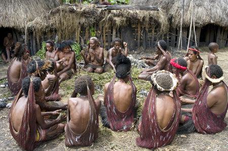 기니: 뉴 기니, 인도네시아 12월 28일 : 2010 년 12 월 28 일에 뉴 기니 섬, 인도네시아의 전통 의상과 색상의 파푸아 부족의 미확인 여성