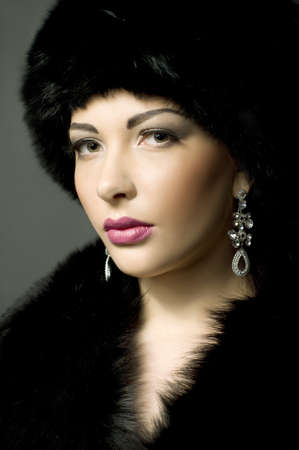 Portret van een mooie jonge dame in het zwart bont Stockfoto