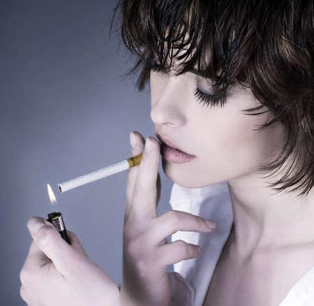 malos habitos: Hermosa mujer fumando un cigarrillo