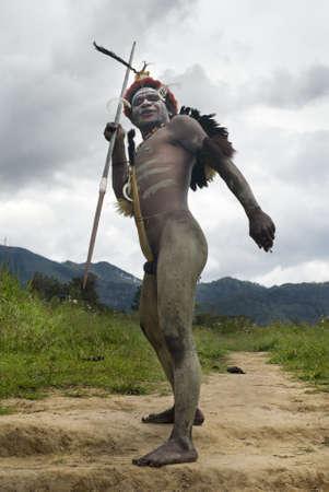 Nuova Guinea: Nuova Guinea, Indonesia-28 dicembre: Unidentified guerriero di una trib� di Papua in abiti tradizionali, sta avendo una dimostrazione di abilit� di guerra in Nuova Guinea, Indonesia il 28 dicembre 2010
