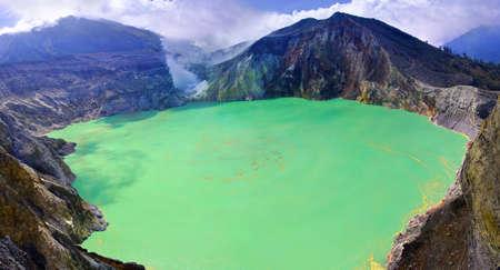 intestinos: Sulf�tico lago en un cr�ter del volc�n Ijen. Java. Indonesia