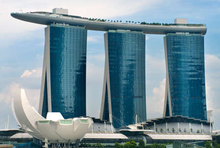 SINGAPORE-AUGUST 21:The Marina Bay Sands Resort August 21, 2011 in Singapore. The roofs of towers are decorated with a park in the form of a ship 340 m long and capacity up to 3,900 people. 新聞圖片