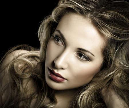 美しい金髪の若い女性の豪華な肖像画