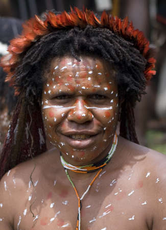 sektor: NEW GUINEA, INDONESIA -DECEMBER 28  Unidentified woman of a Papuan tribe in traditional clothes and coloring in New Guinea Island, Indonesia on December 28, 2010  Editorial
