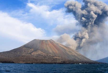 火山噴火。Anak クラカトア, インドネシア