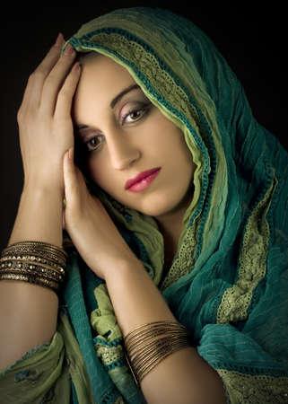 伝統的な衣装で若くてきれいな女性の肖像画