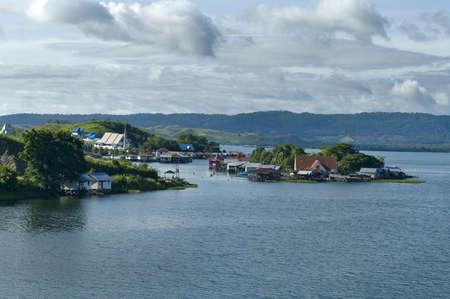 new guinea: Case su un'isola sul lago Sentani, Nuova Guinea