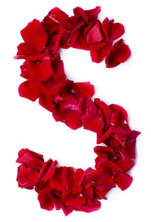 alphabet s: S alfabeto de los p�talos de rosa rojos Foto de archivo