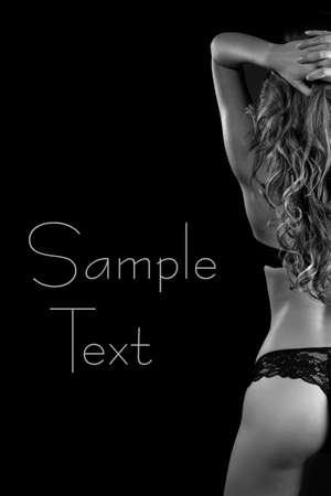 erotici: Sexy back di giovane bella ragazza bionda in lingerie su sfondo scuro Nero Bianco