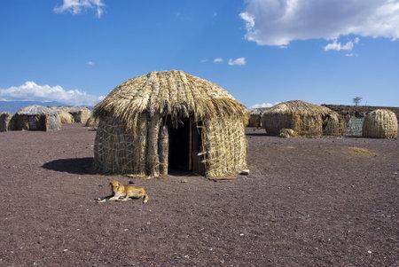 伝統的なアフリカの小屋、ケニヤのトゥルカナ湖